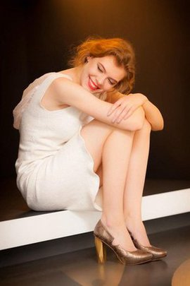 Robe de cocktail naturel encolure ronde au niveau de cou au niveau de genou de fourreau