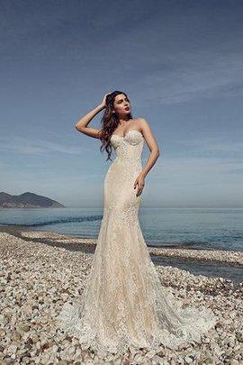 Robe de mariée en dentelle au bord de la mer de traîne courte jusqu'au sol en forme