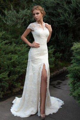 Robe de mariée discrete avec gradins en forme avec décoration dentelle col ras du cou