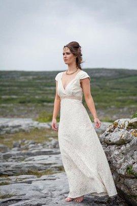 Robe de mariée en dentelle longueur au ras du sol avec manche courte ligne a de col en v
