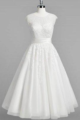 Robe de mariée simple en tulle longueur mollet col ras du cou avec décoration dentelle